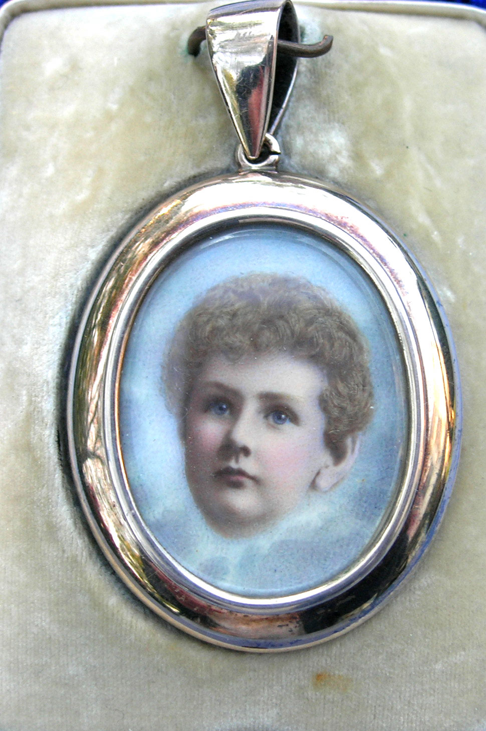 c.1910 child's mourning pendant