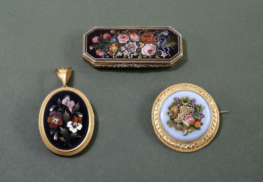 Silver-gilt patch-box with engine-turned decoration on the base and sides and the lid inset with a Roman micromosaic panel of a ribbon-tied flower bouquet, and lined inside with mirror glass (in two pieces). Incompletely hallmarked on the base. Image on top.